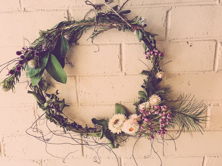 Make a natural Christmas wreath for your front door